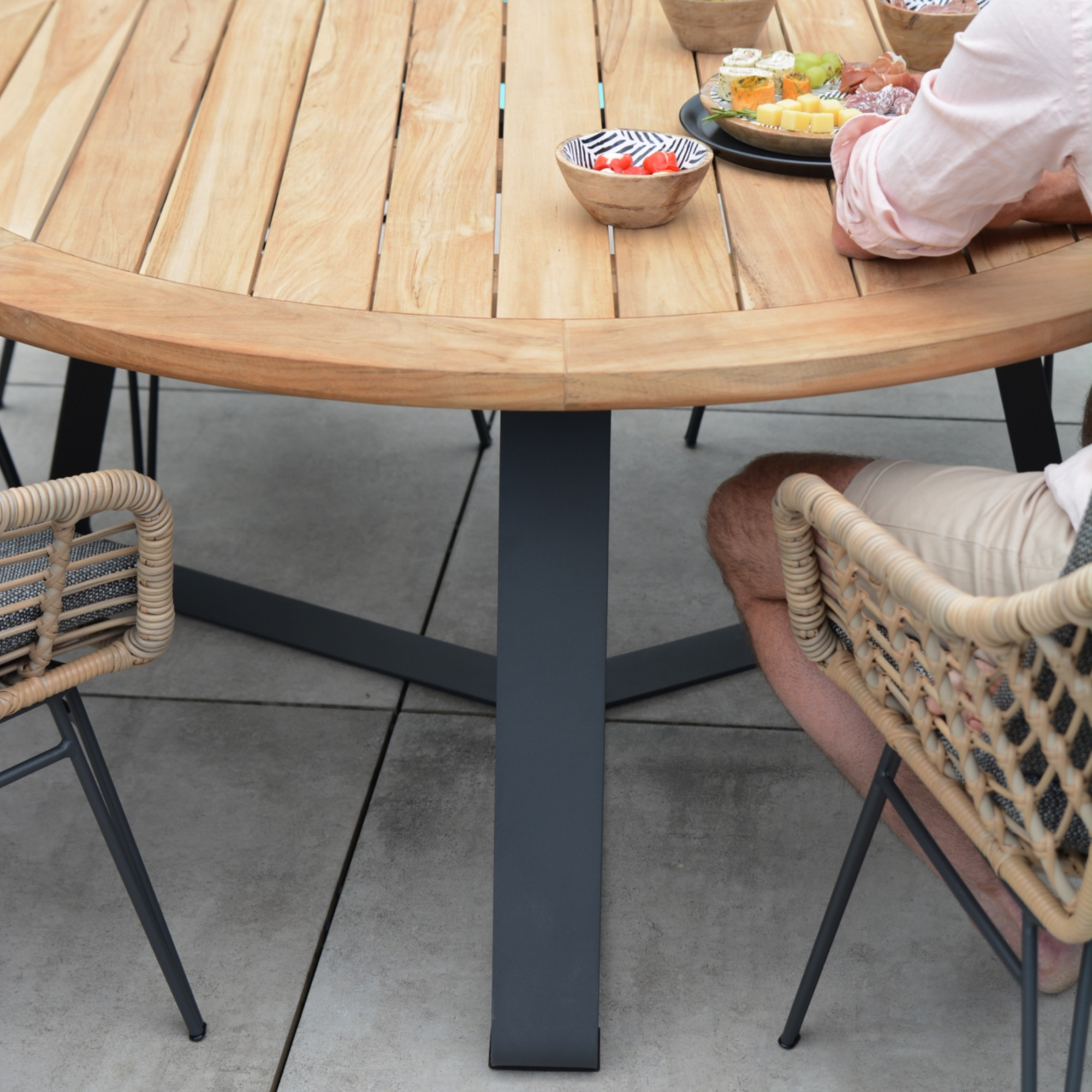 Taste Basso Teak Table ø130 Antracite Legs